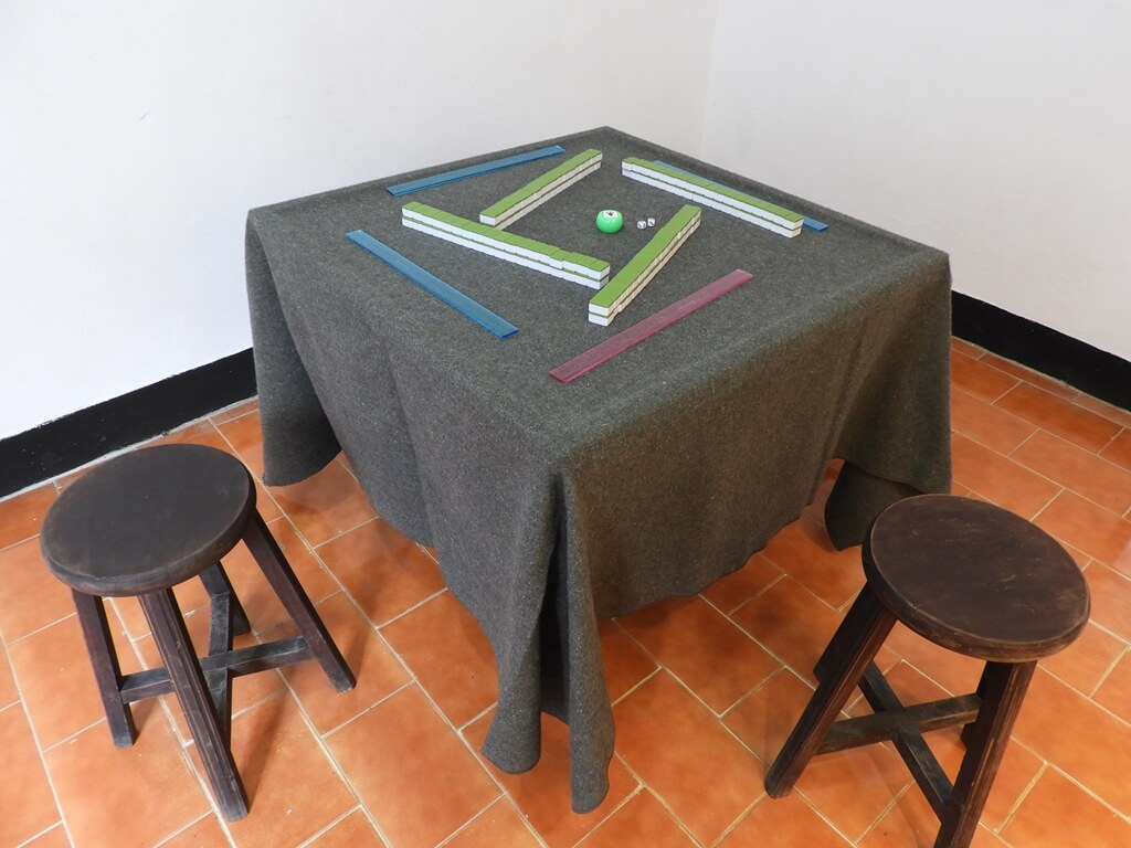 馬祖新村眷村文創園區的圖片:麻將桌展示品