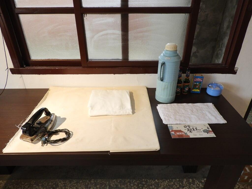 馬祖新村眷村文創園區的圖片:老熨斗及燙衣服桌