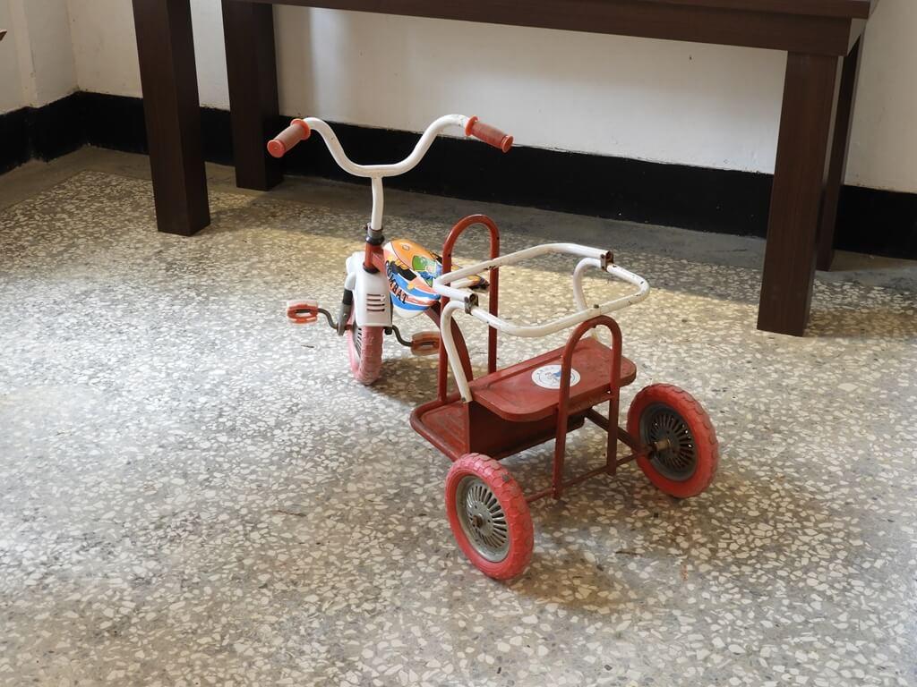 馬祖新村眷村文創園區的圖片:相當復古的鐵製兒童三輪車
