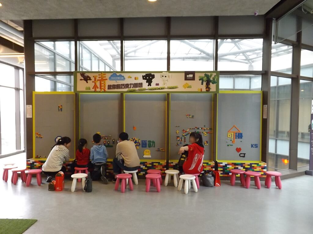 宏亞巧克力共和國的圖片:適合親子一起玩的積木牆