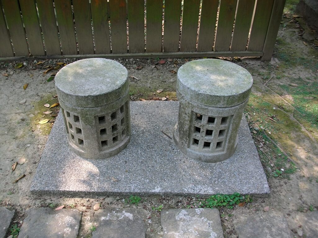 大溪中正公園的圖片:兩個圓柱型石椅子