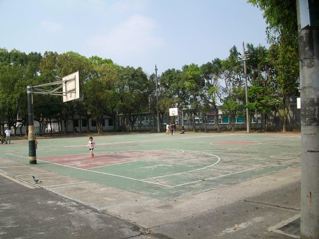 大溪老街的圖片:老街旁的籃球場