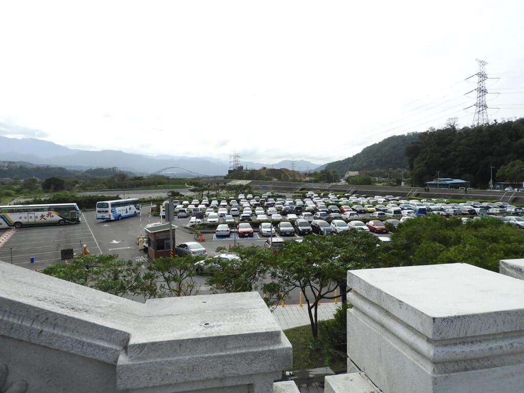 大溪橋的圖片:在大溪橋眺望下方的大溪橋頭停車場