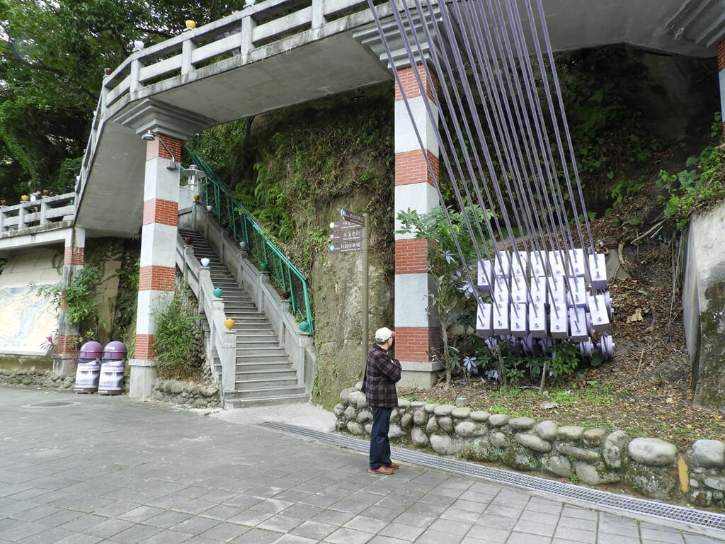 大溪橋的圖片:山壁旁通往大溪中正公園的階梯