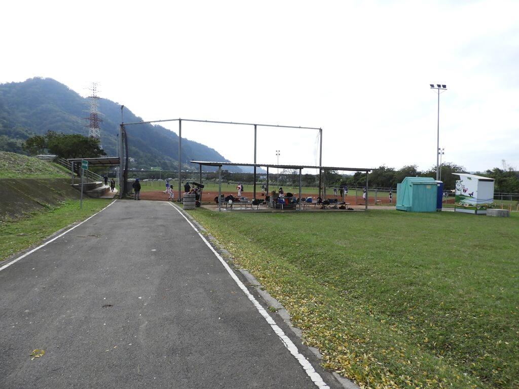 三鶯陶瓷河濱公園的圖片:前方為壘球場