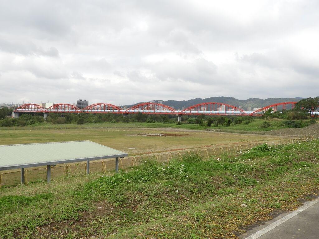 三鶯陶瓷河濱公園的圖片:紅色拱型水管架