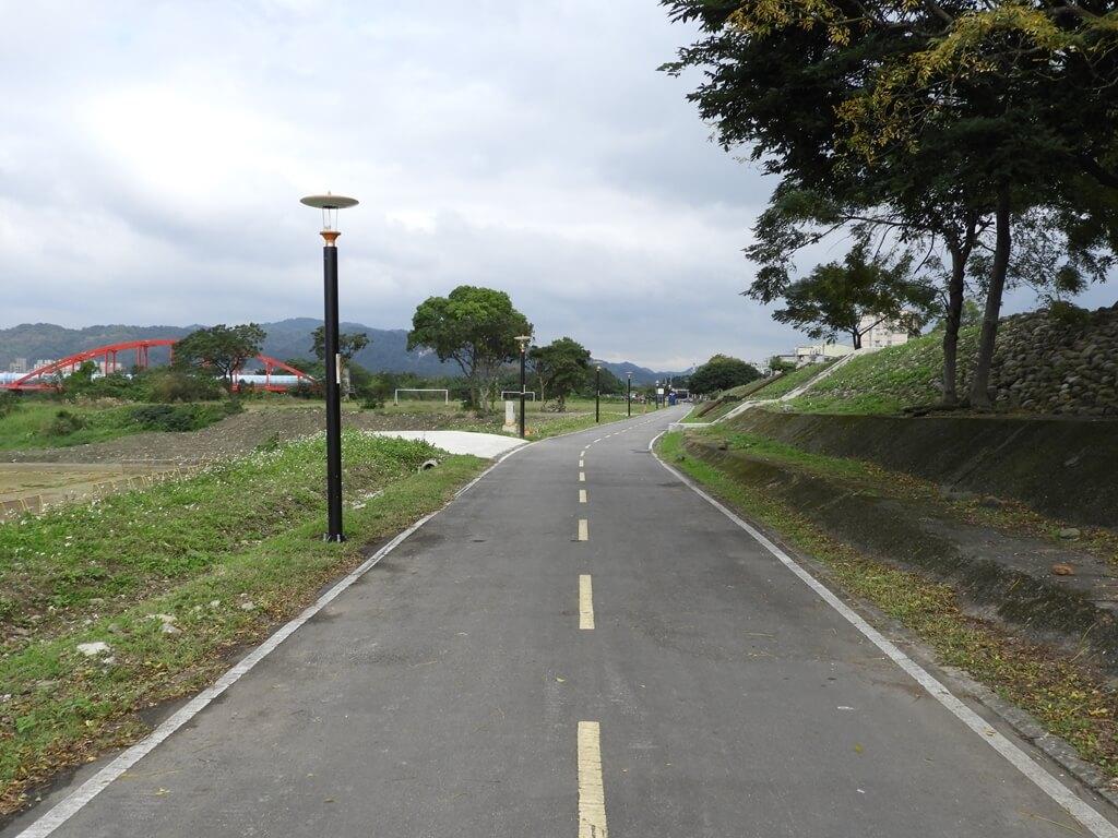 三鶯陶瓷河濱公園的圖片:堤防內的道路