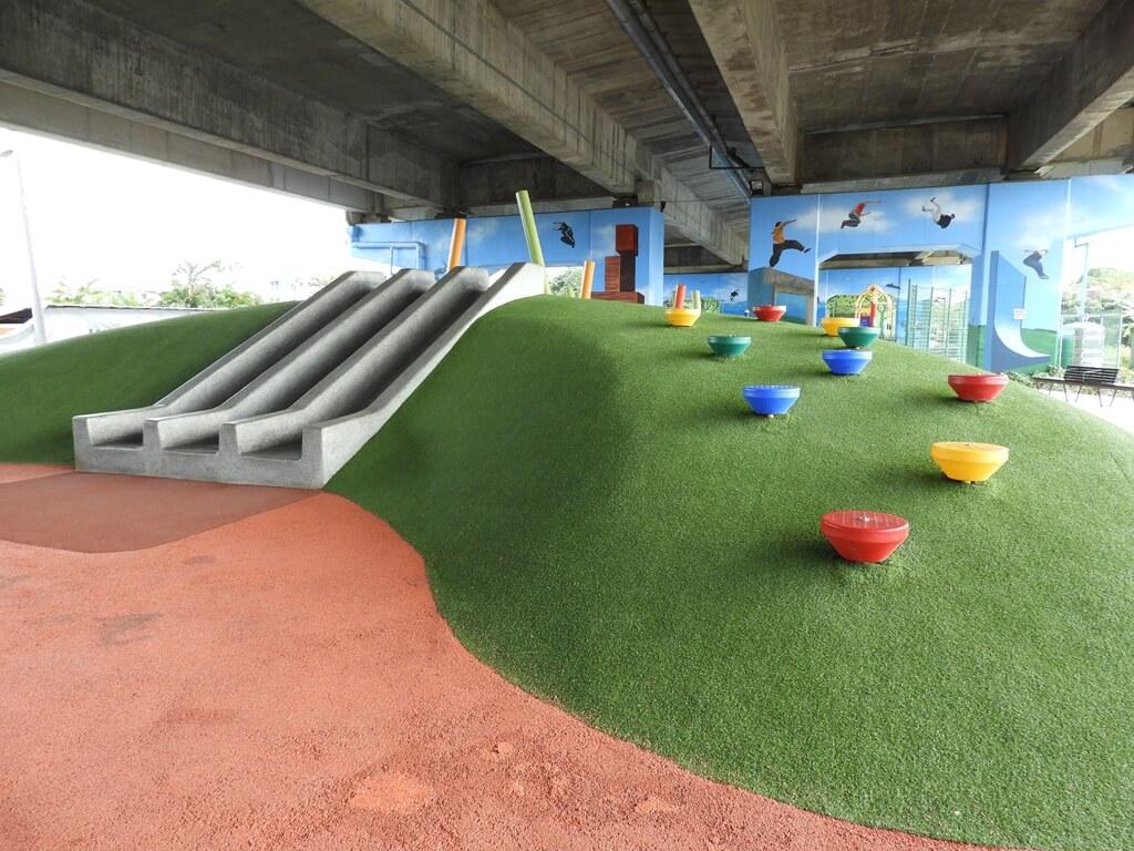 國道二號橋下兒童冒險公園的圖片:磨石子溜滑梯及綠丘