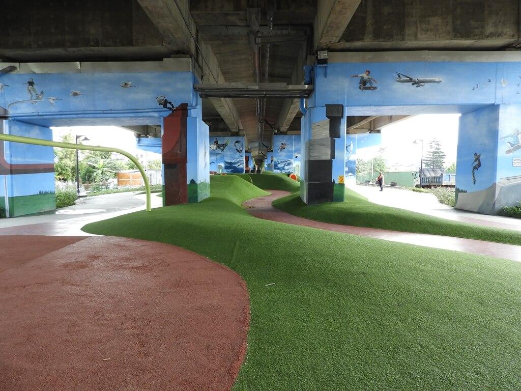 國道二號橋下兒童冒險公園的圖片:挑戰山丘(123657849)
