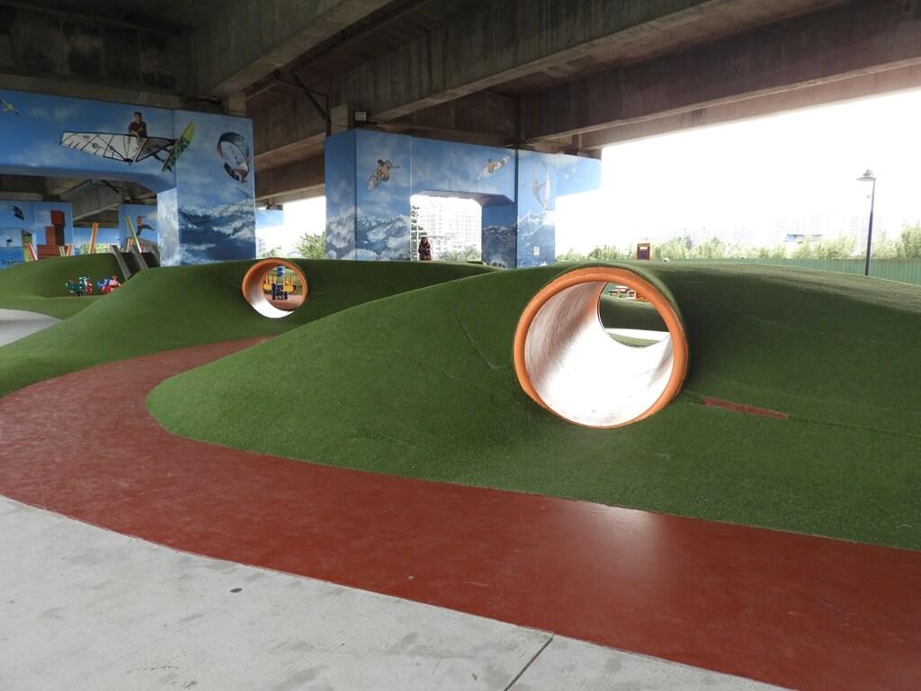 國道二號橋下兒童冒險公園的圖片:有兩個探險管道(123657851)