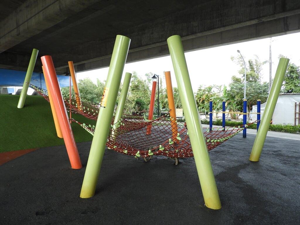 國道二號橋下兒童冒險公園的圖片:極限攀網(123657854)