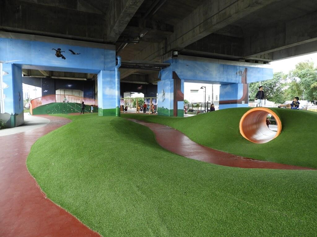 國道二號橋下兒童冒險公園的圖片:挑戰山丘(123657855)