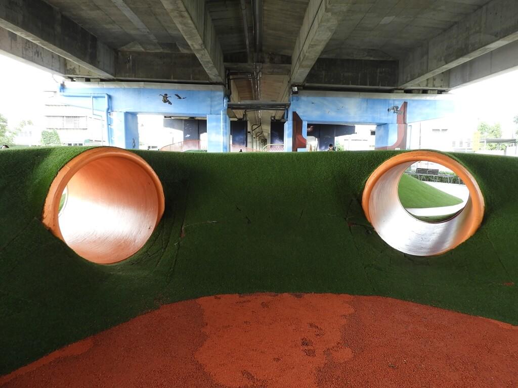 國道二號橋下兒童冒險公園的圖片:兩個挑戰管道(123657858)