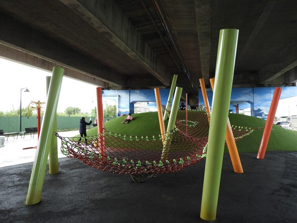 國道二號橋下兒童冒險公園的圖片:極限攀網(123657860)