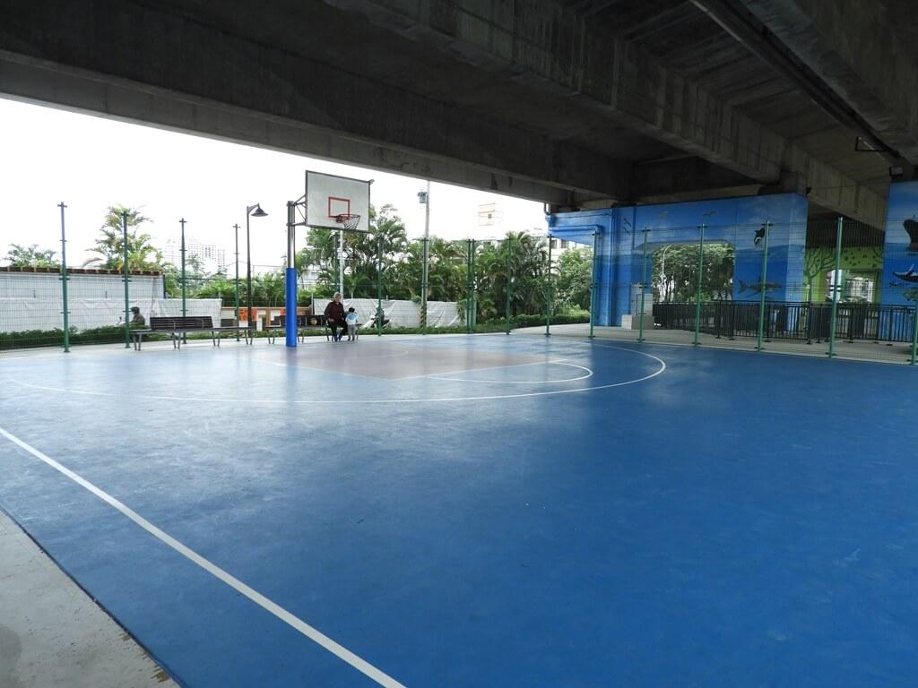 國道二號橋下兒童冒險公園的圖片:藍球場