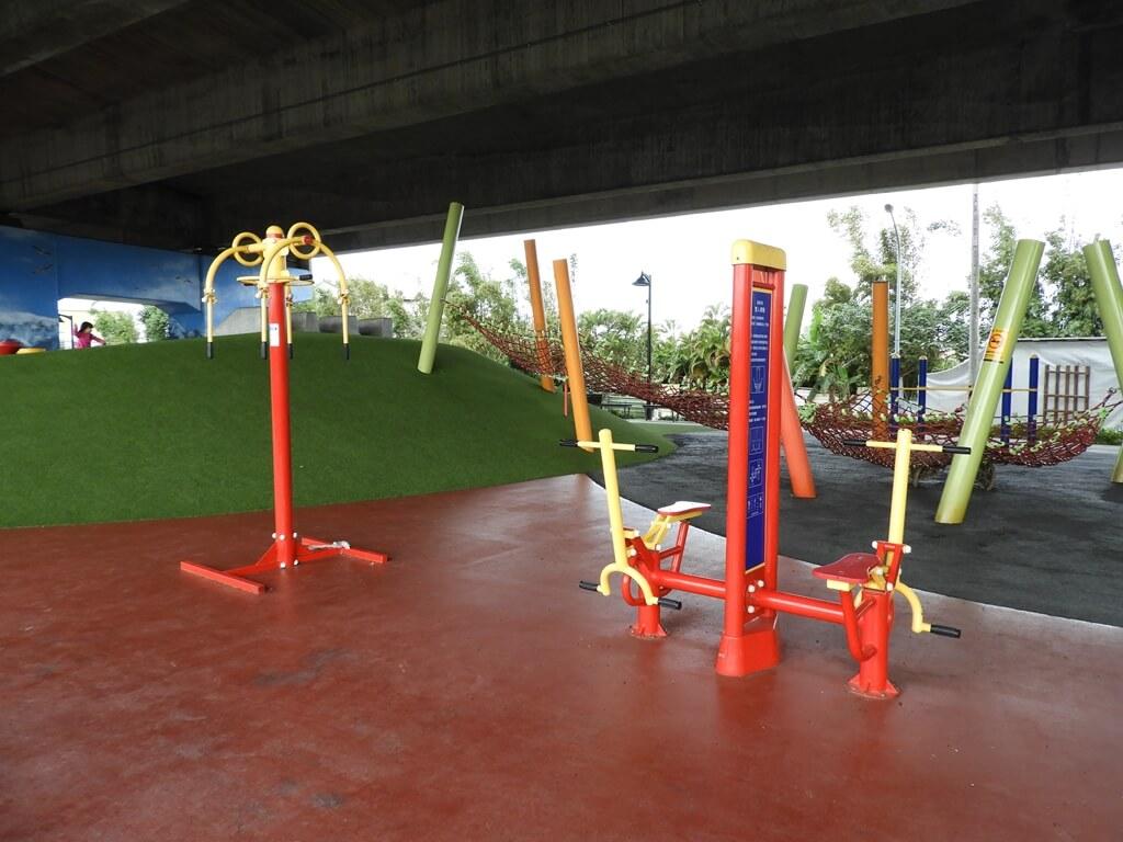 國道二號橋下兒童冒險公園的圖片:運動器材(123657862)
