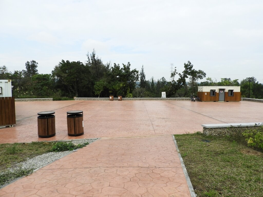 大溪山豬湖親水生態園區的圖片:停車場旁的廁所及管理中心