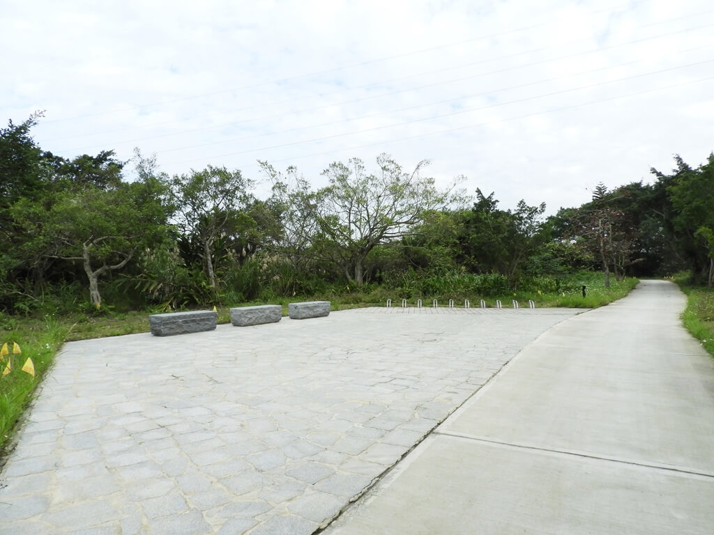 大溪山豬湖親水生態園區的圖片:林下水道旁的自行車休息區