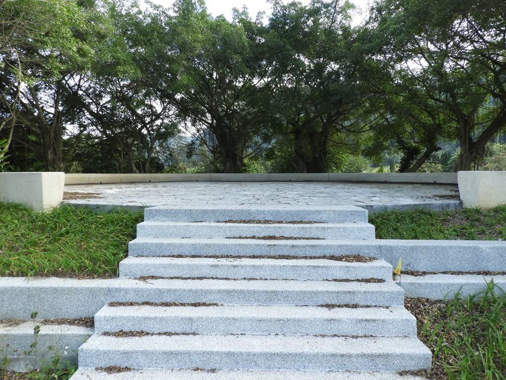 大溪山豬湖親水生態園區的圖片:飛鳶平台就是一個有階梯的平台