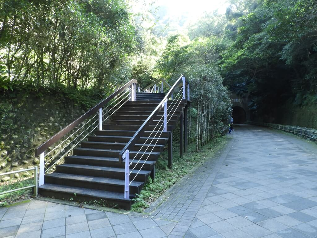 舊百吉隧道的圖片:隧道旁通往百吉林蔭步道的木棧階梯