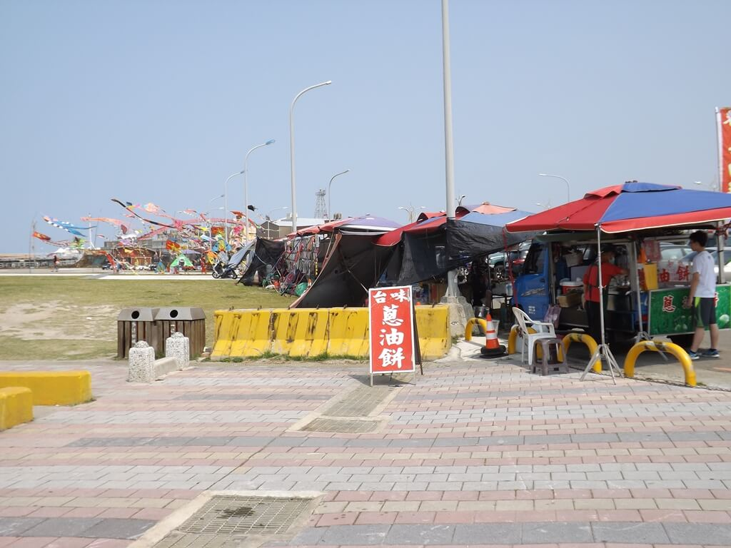 竹圍漁港的圖片:漁港停車場旁有許多的攤位