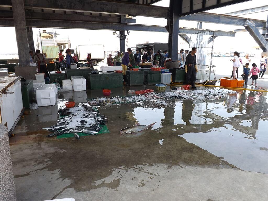 竹圍漁港的圖片:鐵棚魚販