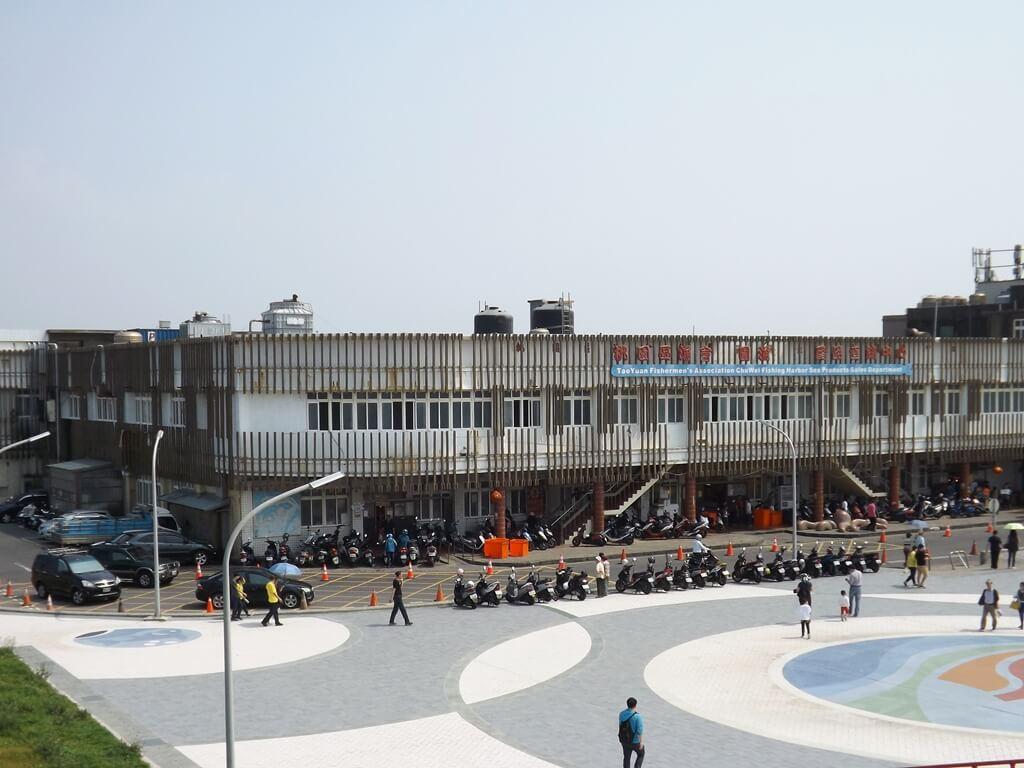 竹圍漁港的圖片:情人彩虹橋上拍的竹圍漁港魚貨直銷中心