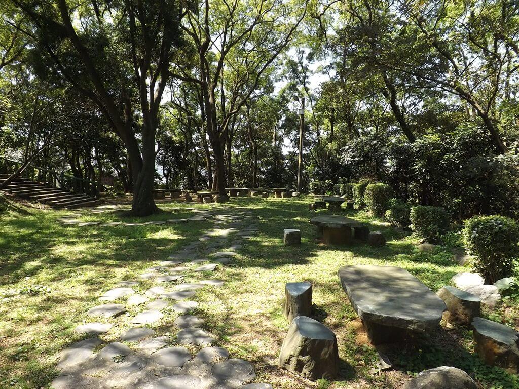 楊梅貴山客家文化公園的圖片:觀音亭下方平台的草地休憩區