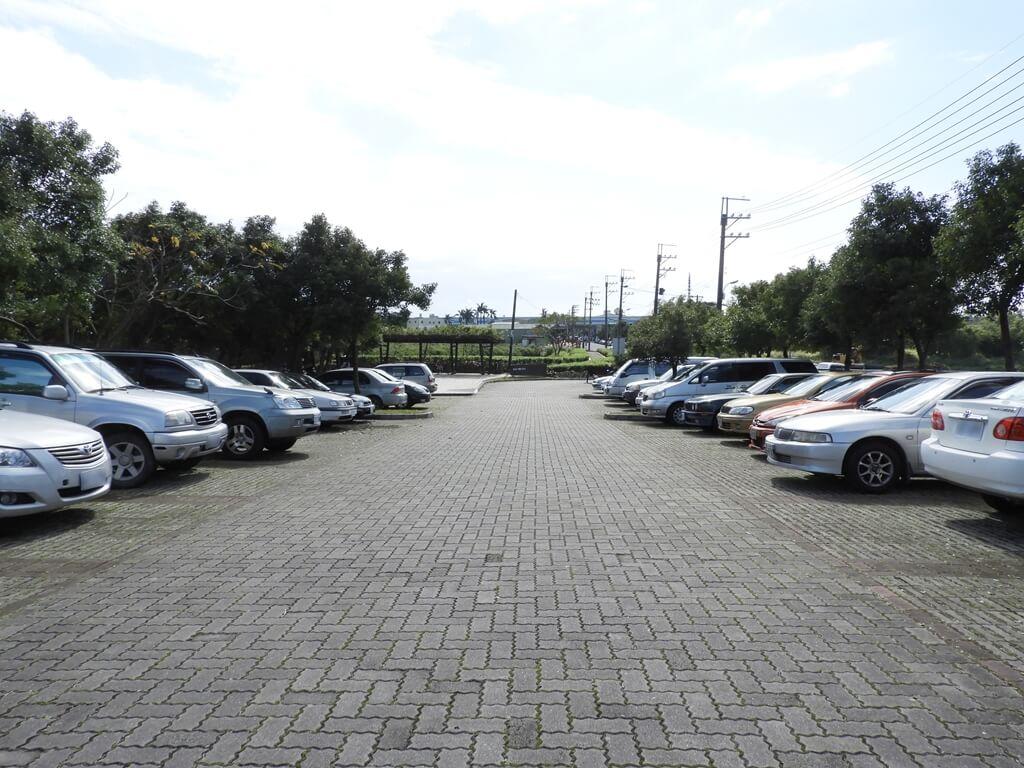 桃園1-4號生態埤塘的圖片:生態埤塘入口停車場