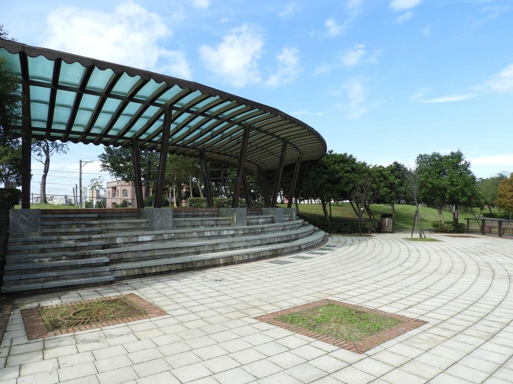 桃園1-4號生態埤塘的圖片:圓弧形觀景台內的小廣場