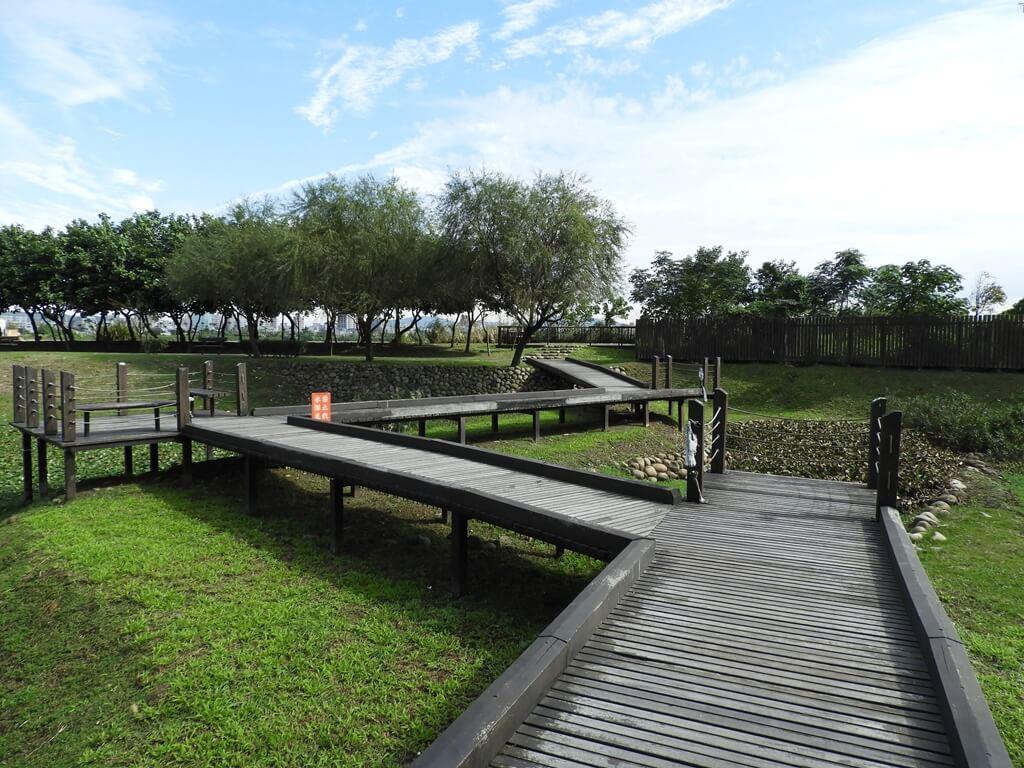 桃園1-4號生態埤塘的圖片:走在木棧道上