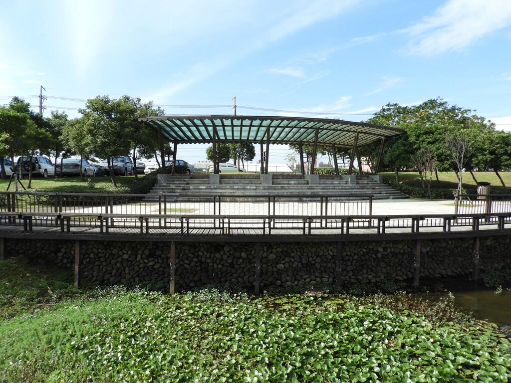 桃園1-4號生態埤塘的圖片:弧形觀景台的正面(123658094)