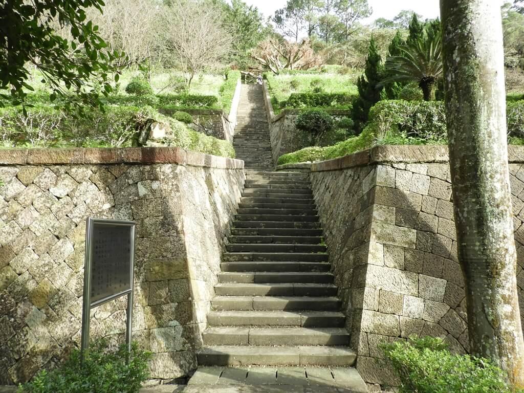 三峽行修宮(行天宮三峽分宮)的圖片:通往後山的階梯步道