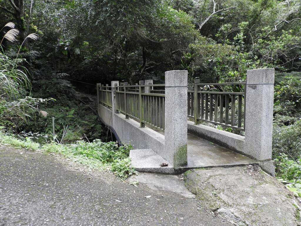 白雞山登山步道的圖片:步道入口的水泥橋(123658220)