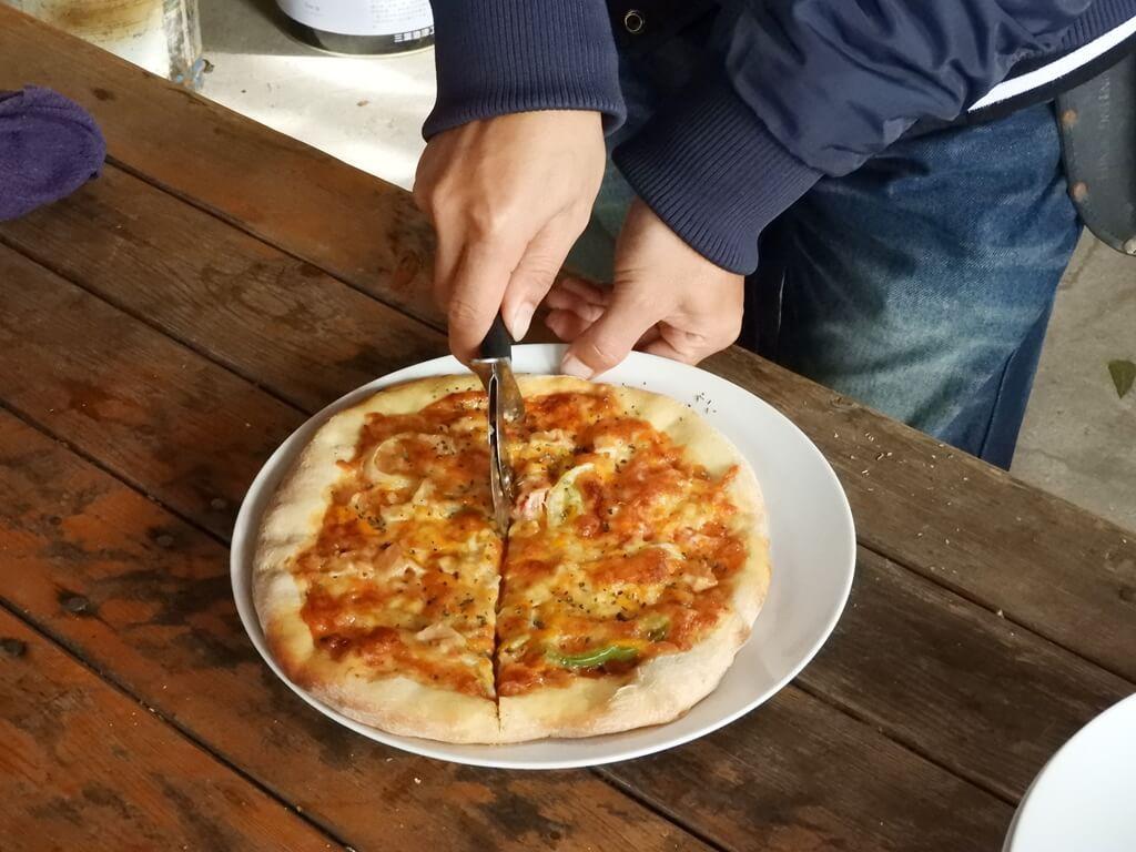 好時節農莊的圖片:切開熱騰騰的披薩