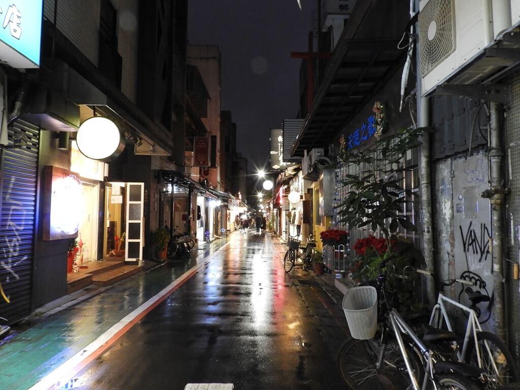 師大夜市的圖片:夜晚的師大夜市商圈巷弄