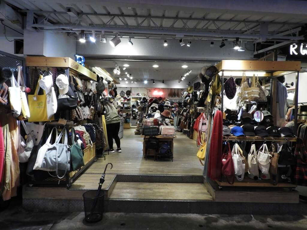 師大夜市的圖片:各式包包、帽子