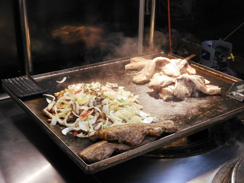 寧夏夜市的圖片:炒台上的山豬肉
