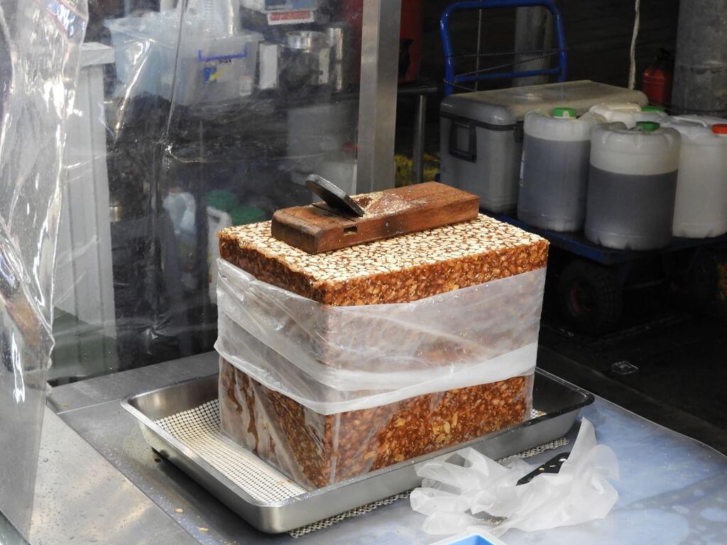 寧夏夜市的圖片:做花生糖冰淇淋潤餅捲的花生糖磚