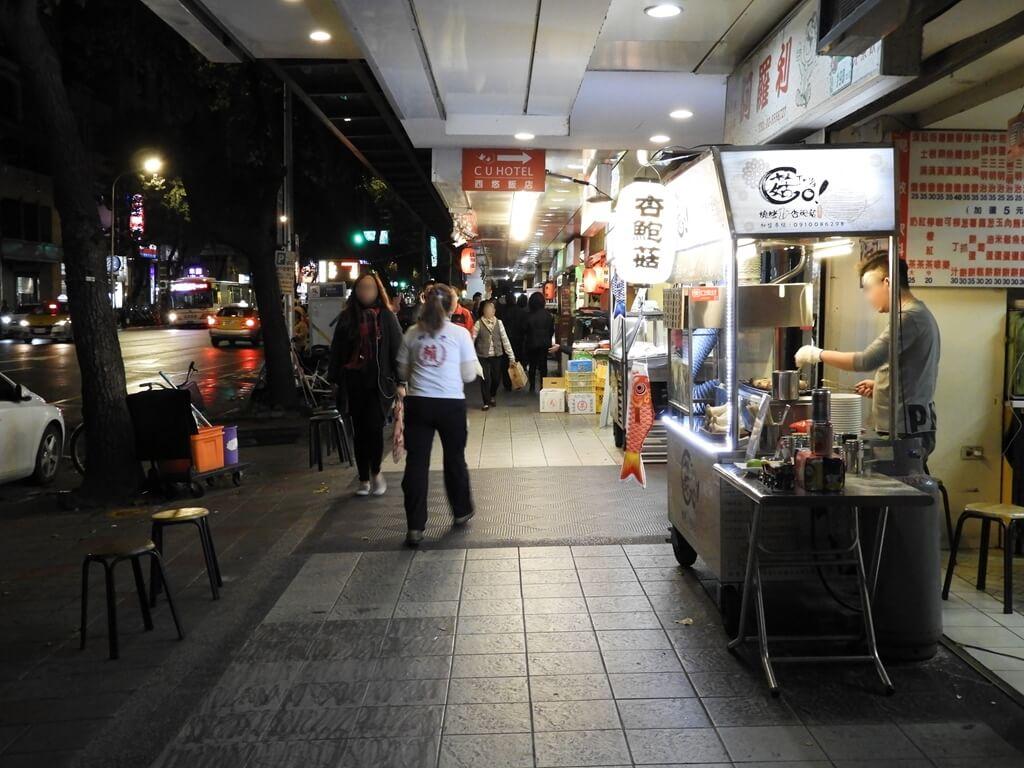 寧夏夜市的圖片:民生西路夜晚騎樓街景