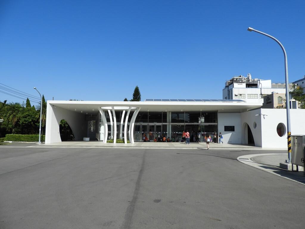 養樂多工廠的圖片:商品販售區的建築更具有設計感