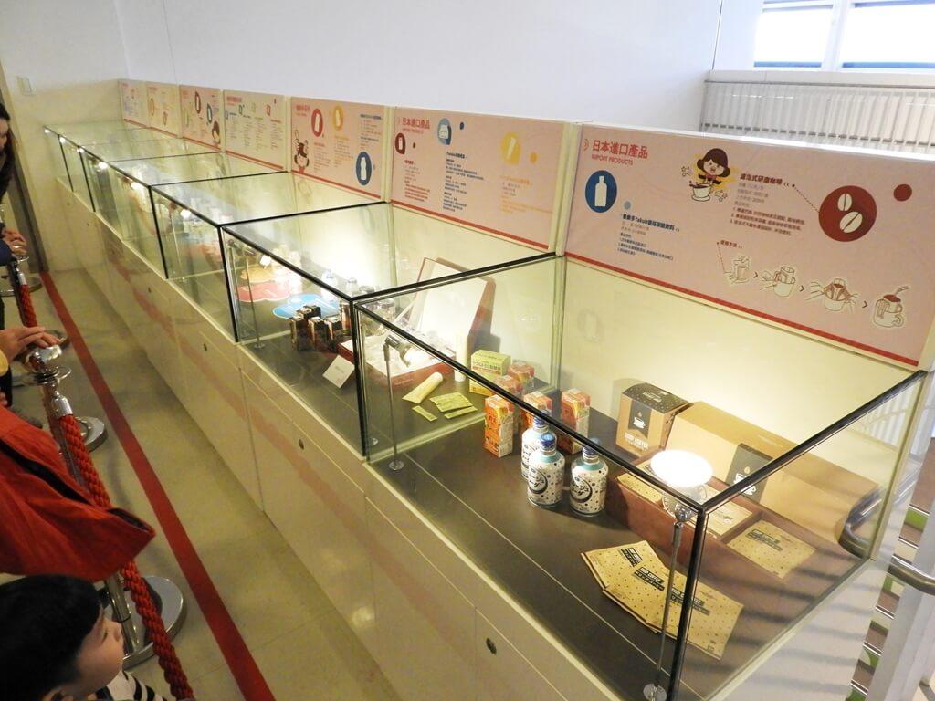 養樂多工廠的圖片:許多日本進口產品展示櫃
