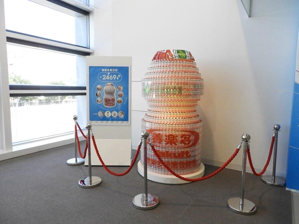 養樂多工廠的圖片:用2469瓶養樂多所堆疊出來的超大養樂多集合瓶
