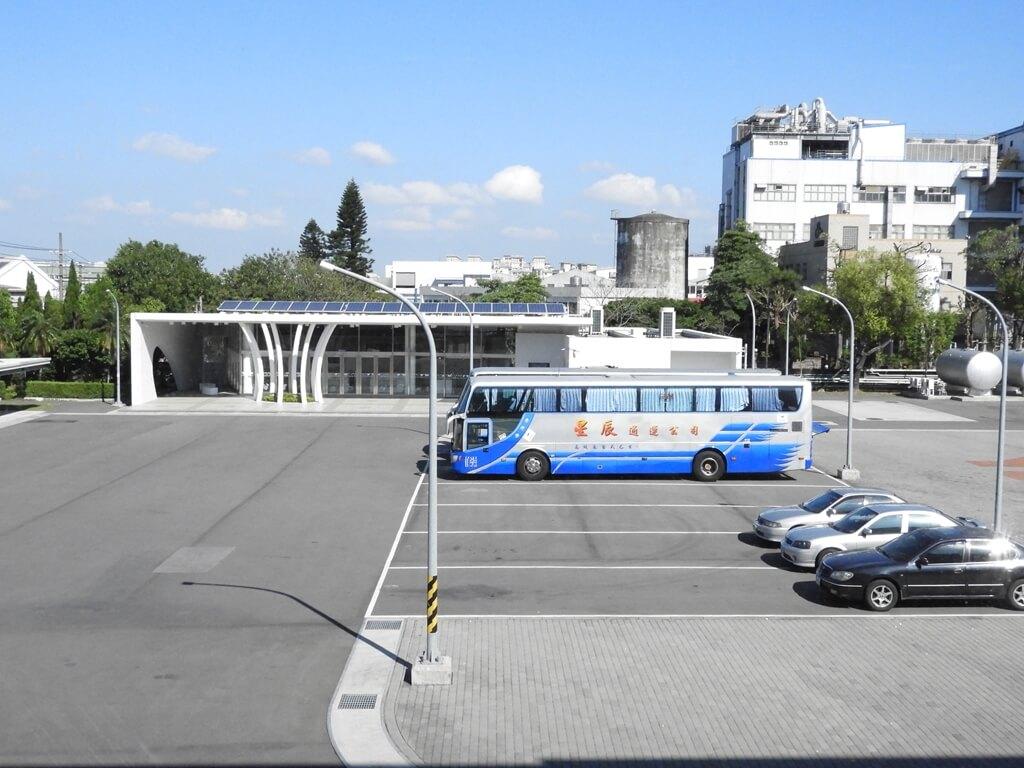 養樂多工廠的圖片:觀光工廠看去的停車場及商品販售區