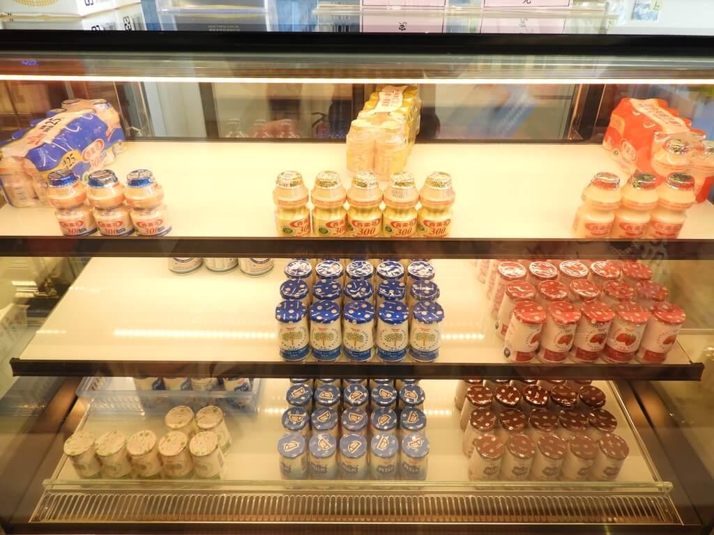 養樂多工廠的圖片:冰箱內零脂肪、草莓、咖啡、減糖等多種口味的養樂多