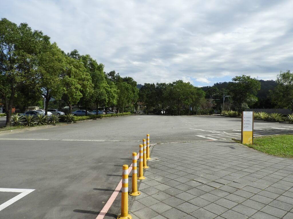 頭寮經國紀念館(大溪遊客中心)的圖片:遊客中心前的停車場