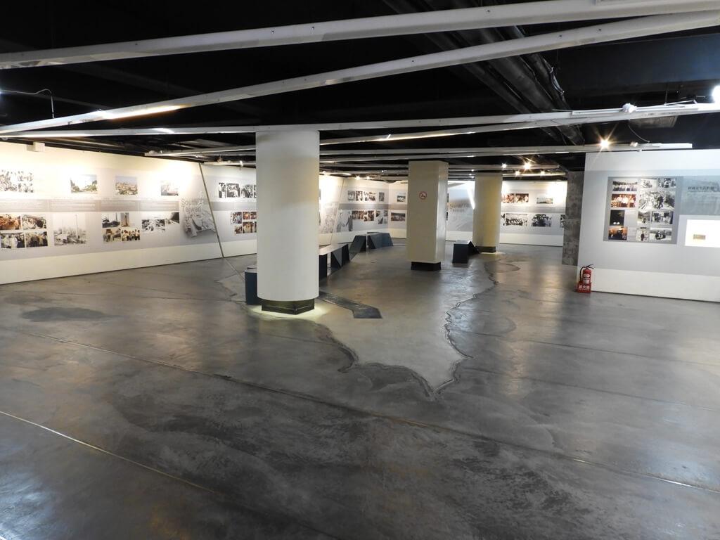 頭寮經國紀念館(大溪遊客中心)的圖片:二樓展覽區,地面上是台灣地形輪廓圖