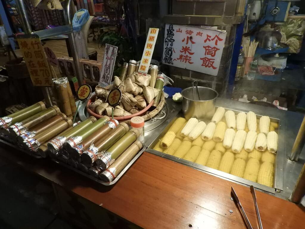 烏來老街的圖片:竹筒飯、小米粽與溫泉玉米