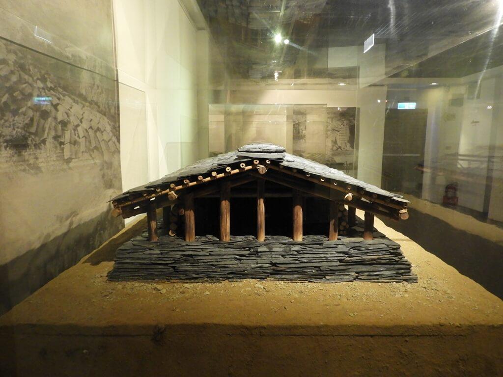 烏來泰雅民族博物館的圖片:泰雅族人石板屋模型側面