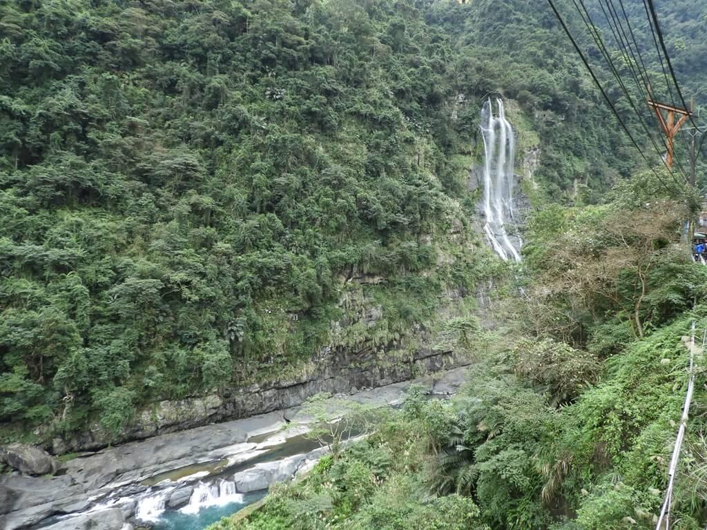 烏來瀑布的圖片:烏來台車瀑布站下車就能看到的烏來瀑布